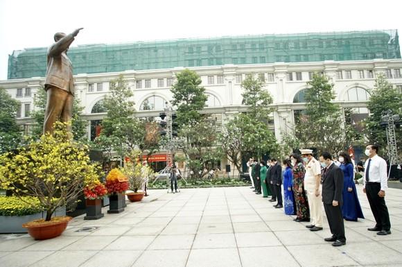 Lãnh đạo TPHCM dâng hương, dâng hoa tưởng niệm các anh hùng liệt sĩ nhân dịp Tết Tân Sửu  ảnh 5