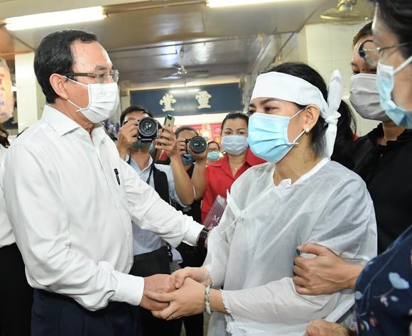 Bí thư Thành ủy TPHCM Nguyễn Văn Nên chia buồn cùng gia đình nạn nhân vụ cháy. Ảnh: VIỆT DŨNG