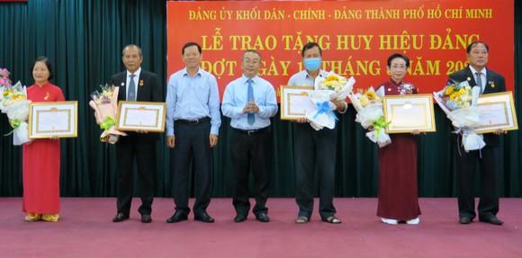 Đảng ủy Khối Dân - Chính - Đảng trao Huy hiệu Đảng cho 14 đảng viên cao tuổi Đảng ảnh 1