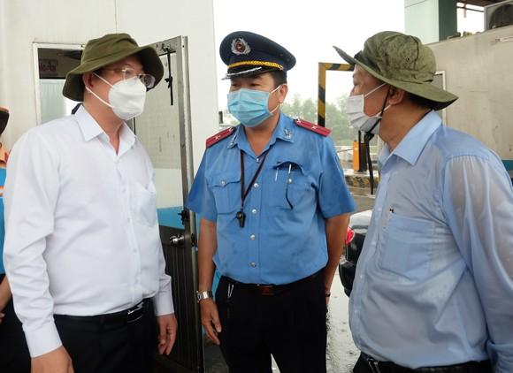 Lãnh đạo TPHCM thăm lực lượng làm nhiệm vụ phòng chống dịch Covid-19 ảnh 1