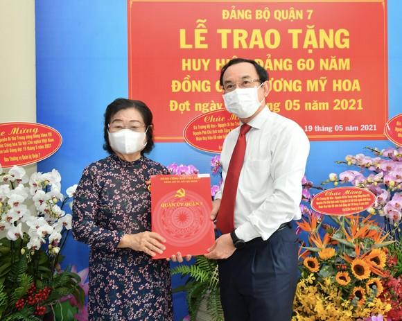 Bí thư Thành ủy TPHCM Nguyễn Văn Nên trao Huy hiệu 60 năm tuổi Đảng cho đồng chí Trương Mỹ Hoa ảnh 1