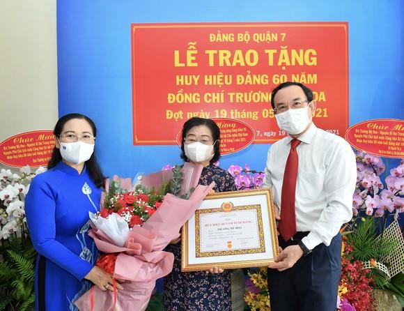 Bí thư Thành ủy TPHCM Nguyễn Văn Nên trao Huy hiệu 60 năm tuổi Đảng cho đồng chí Trương Mỹ Hoa ảnh 2