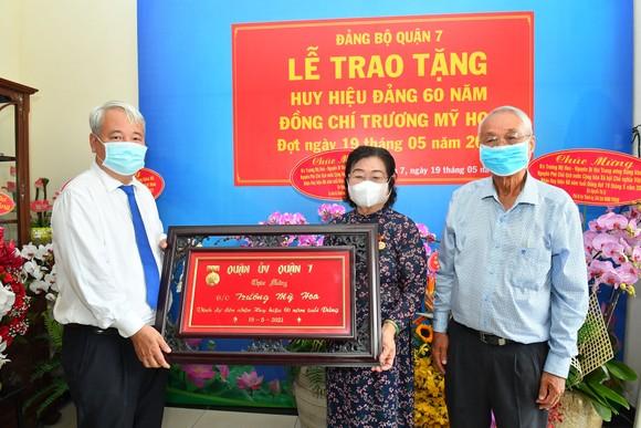 Bí thư Thành ủy TPHCM Nguyễn Văn Nên trao Huy hiệu 60 năm tuổi Đảng cho đồng chí Trương Mỹ Hoa ảnh 3