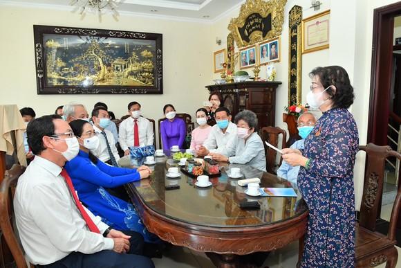 Bí thư Thành ủy TPHCM Nguyễn Văn Nên trao Huy hiệu 60 năm tuổi Đảng cho đồng chí Trương Mỹ Hoa ảnh 4