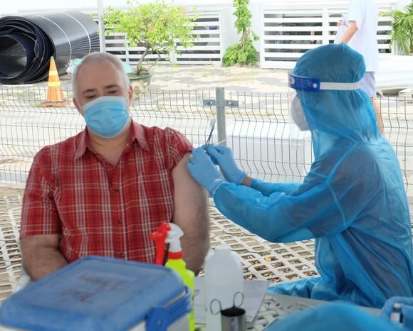 Hơn 660 người nước ngoài ở quận 7 được tiêm vaccine phòng Covid-19 ảnh 3