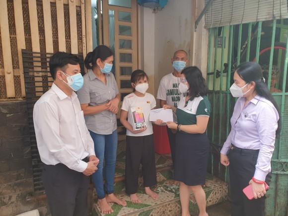 Đảng ủy Khối Dân - Chính - Đảng TPHCM trao 369 thiết bị học tập cho các em học sinh ảnh 1