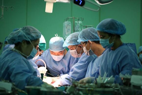 Êkip bác sĩ đang tiến hành phẫu thuật cho anh V.