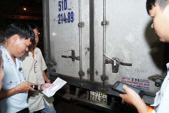 Lực lượng chức năng kiểm tra xe chở heo trước khi vào lò giết mổ