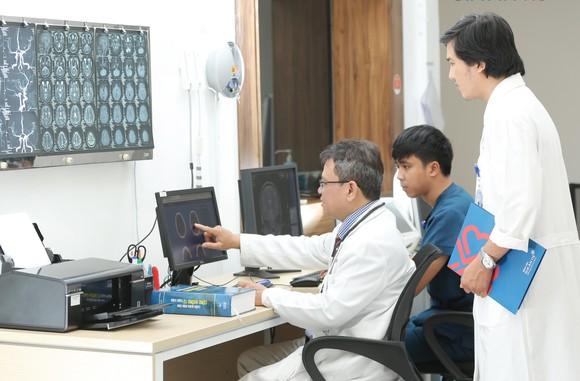 E kíp bác sĩ, kỹ thuật viên sử dụng phần mềm trí tuệ nhân tạo Rapid chẩn đoán điều trị đột quỵ