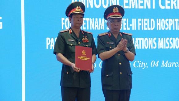 Thượng tướng Nguyễn Chí Vịnh, Thứ trưởng Bộ Quốc phòng trao quyết định thành lập Bệnh viện Dã chiến 2.3 cho Bệnh viện Quân y 175