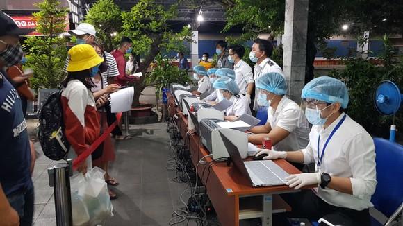 Lấy mẫu xét nghiệm hành khách tại Ga Sài Gòn