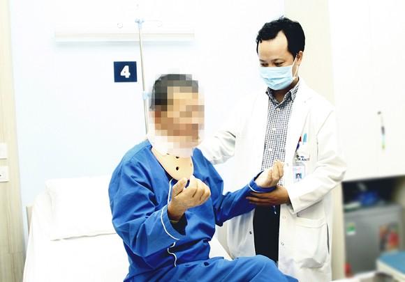 Bác sĩ đang thăm khám cho bệnh nhân sau phẫu thuật