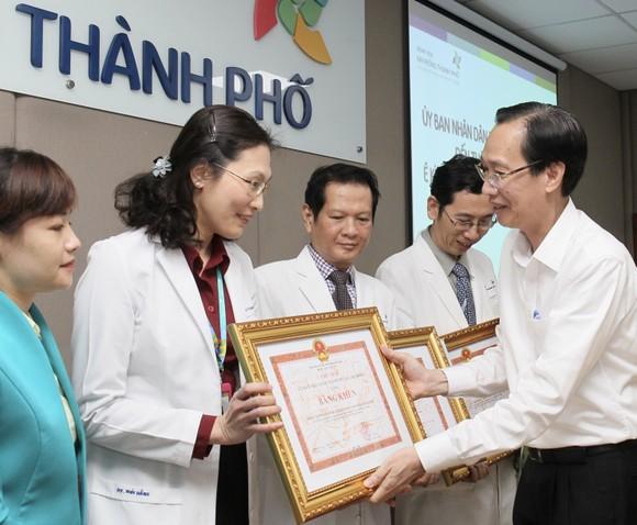 Phó Chủ tịch UBND TPHCM Lê Thanh Liêm thăm 2 bé Trúc Nhi và Diệu Nhi ảnh 4