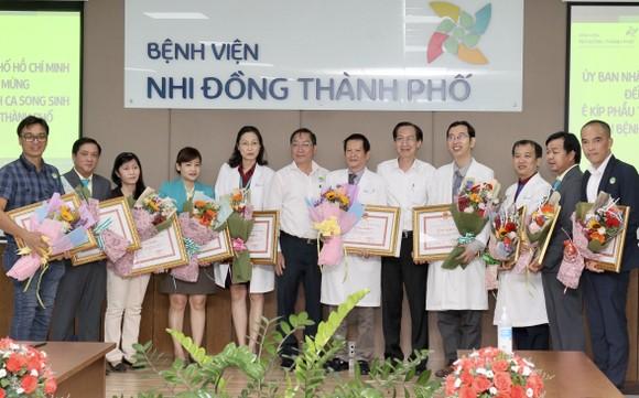 Phó Chủ tịch UBND TPHCM Lê Thanh Liêm thăm 2 bé Trúc Nhi và Diệu Nhi ảnh 6