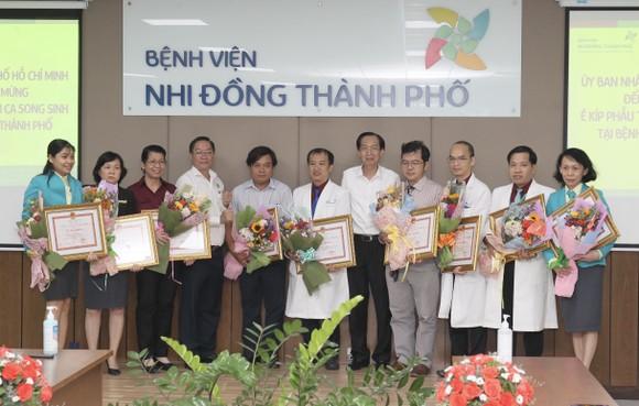 Phó Chủ tịch UBND TPHCM Lê Thanh Liêm thăm 2 bé Trúc Nhi và Diệu Nhi ảnh 5