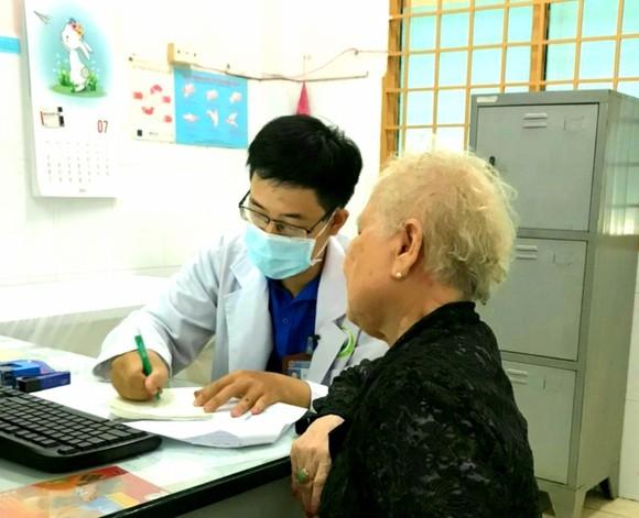 Bác sĩ Bệnh viện Quận 9 đang thăm khám cho bệnh nhân