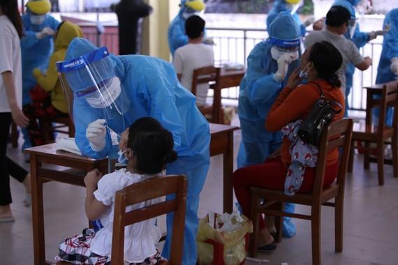 Lẫy mẫu xét nghiệm người từ Đà Nẵng về TPHCM