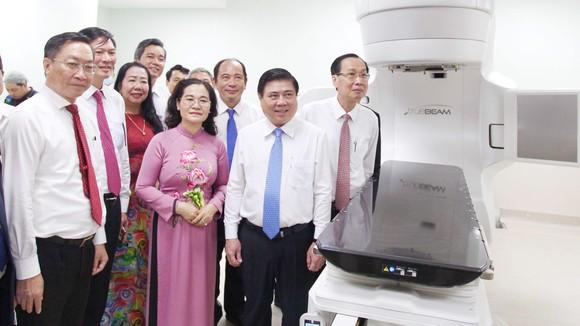 Chủ tịch UBND TPHCM Nguyễn Thành Phong cùng các đại biểu tham quan hệ thống máy xạ trị mới nhất tại  Bệnh viện Ung bướu TPHCM cơ sở 2. Ảnh: HOÀNG HÙNG
