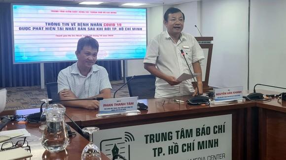 Bác sĩ Phan Thanh Tâm (ngồi) thông tin tại buổi họp báo