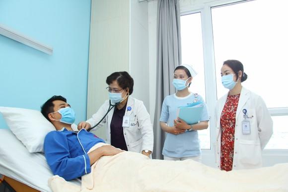 Bác sĩ chuyên khoa 2 Tạ Phương Dung, Phó Giám đốc Bệnh viện Gia An 115 đang thăm khám cho người bệnh