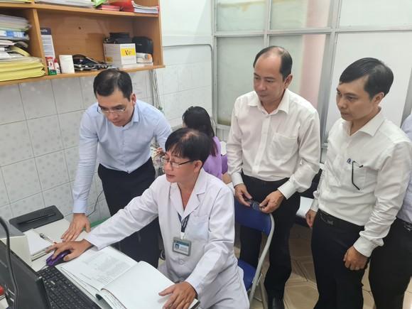 Đoàn công tác kiểm tra việc triển khai ứng dụng phần mềm quản lý thông tin tại Trạm y tế phường 15, quận Tân Bình