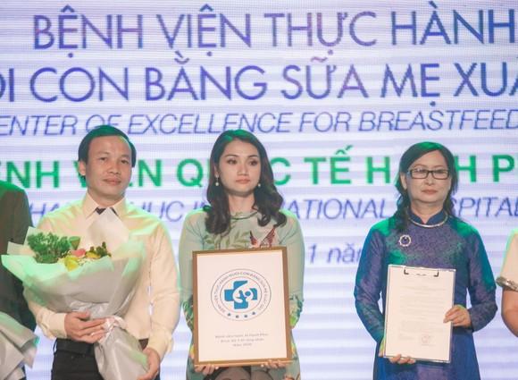 """Bệnh viện Hạnh Phúc là bệnh viện tư nhân đầu tiên nhận danh hiệu """"Bệnh viện thực hành nuôi con bằng sữa mẹ xuất sắc"""""""