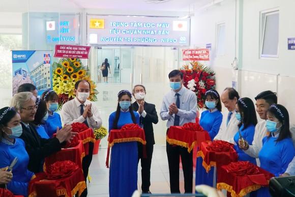Các đại biểu tham dự cắt băng khánh thành Trung tâm lọc máu theo tiêu chuẩn Nhật Bản tại Bệnh viện Nguyễn Tri Phương