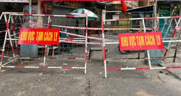 Khu Mả Lạng với hàng ngàn dân đã được cách ly do liên quan ca nhiễm ở sân bay Tân Sơn Nhất. Ảnh: HOÀNG HÙNG