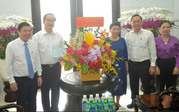 Chủ tịch UBND TPHCM Nguyễn Thành Phong thăm hỏi gia đình Giáo sư, Bác sĩ, Anh hùng Lao động, Thầy thuốc Nhân dân Nguyễn Thiện Thành. Ảnh: CAO THĂNG