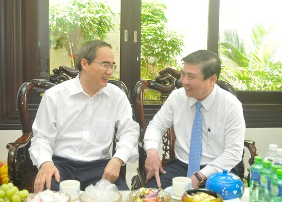 Đồng chí Nguyễn Thành Phong thăm, chúc mừng gia đình Giáo sư Nguyễn Thiện Thành ảnh 1