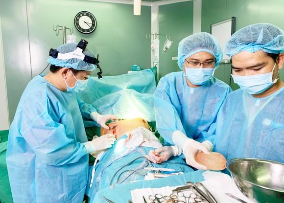 Ekip bác sĩ đang tiến hành mổ cấp cứu cho bệnh nhân