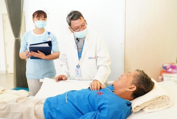 Bác sĩ Nguyễn Hữu Hậu đang thăm khám cho người bệnh