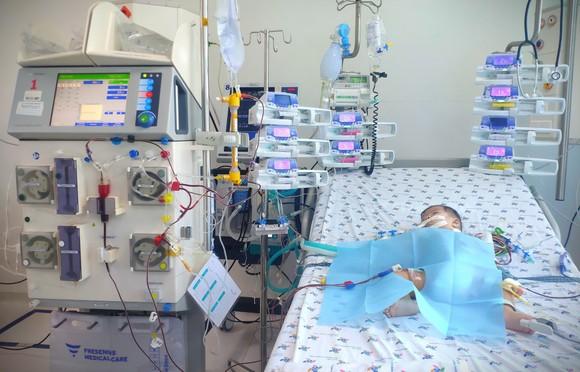 Bé 6 tháng tuổi sốt, ói 4 ngày liền, nhập viện mới biết mắc tay chân miệng độ nặng ảnh 1