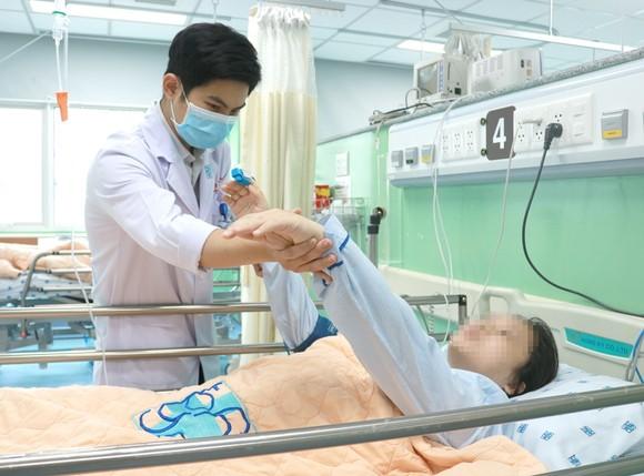ThS-BS Đặng Lê Phương khám cho người bệnh