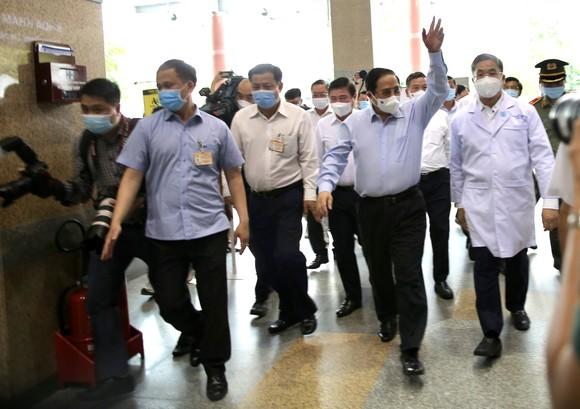 Thủ tướng Chính phủ Phạm Minh Chính: Không vì phát triển kinh tế mà hy sinh sức khỏe của nhân dân ảnh 1