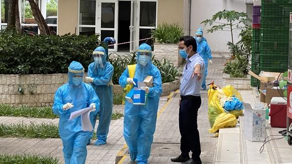 Nhân viên y tế lấy mẫu xét nghiệm mở rộng tại chung cư Sunview Town. Ảnh: CAO THĂNG