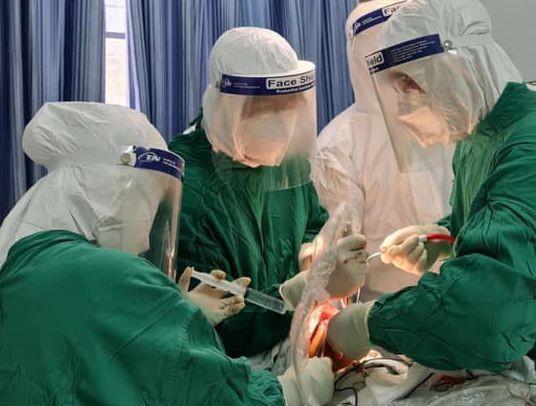 Các bác sĩ đang tiến hành phẫu thuật cho bệnh nhân