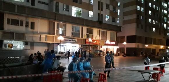 Nhân viên y tế lấy mẫu xét nghiệm cho cư dân tại chung cư Hưng Ngân