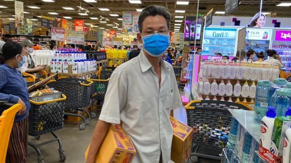 Người dân mua sắm tại siêu thị Emart (Gò Vấp) trưa 30-5. Ảnh: NGUYÊN PHÚ