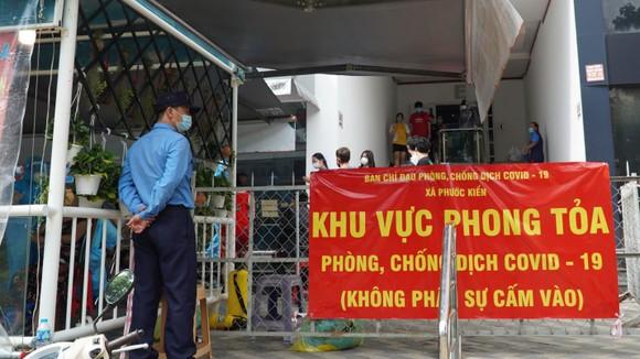 Block E chung cư Phú Hoàng Anh (Nhà Bè) bị phong tỏa