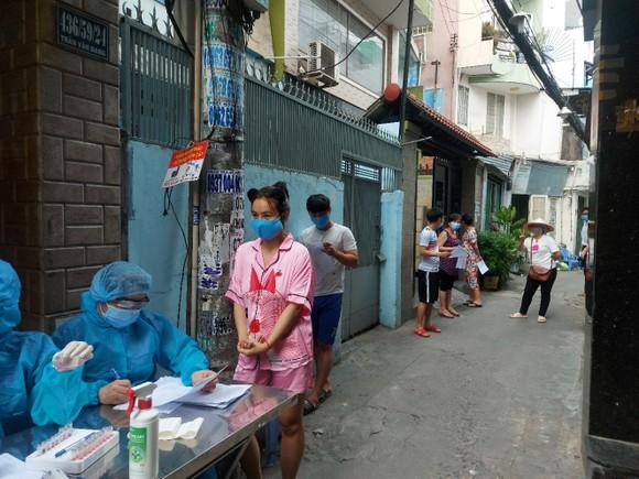 Nhân viên y tế lấy mẫu xét nghiệm cho người dân trên địa bàn