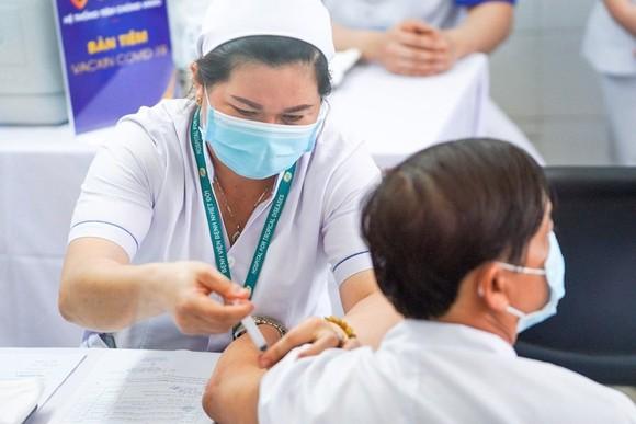 Nhân viên y tế Bệnh viện Bệnh Nhiệt đới TPHCM tiêm vaccine Coviid-19 đợt 1, ngày 8-3-2021