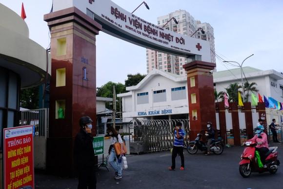 Bộ Y tế làm việc với Bệnh viện Bệnh Nhiệt đới TPHCM về công tác phòng chống dịch Covid-19 ảnh 1