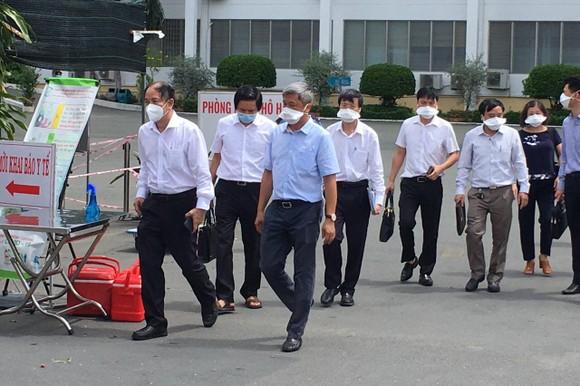 Thứ trưởng Bộ Y tế Nguyễn Trường Sơn đến Bệnh viện Bệnh Nhiệt đới TPHCM chỉ đạo công tác phòng chống dịch, sáng 13-6-2021