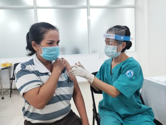 Nhân viên y tế tiêm vaccine cho công nhân trên địa bàn TP