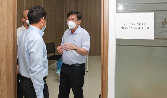 Chủ tịch UBND TPHCM Nguyễn Thành Phong kiểm tra công tác tiêm chủng vaccine Covid-19 ảnh 2