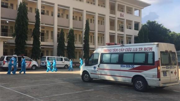 Xe cấp cứu của Trung tâm Cấp cứu 115 luôn thường trực tại Bệnh viện dã chiến thu dung điều trị Covid-19 số 1