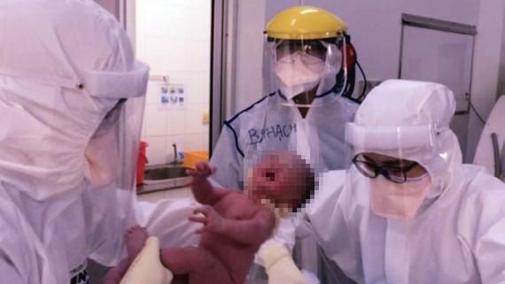 Ê kíp phẫu thuật bắt ra bé trai khỏe mạnh. Ảnh: BVCC