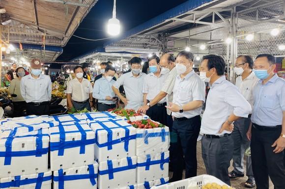 Lãnh đạo UBND TPHCM kiểm tra công tác phòng, chống dịch tại chợ đầu mối Bình Điền. Ảnh: VĂN MINH