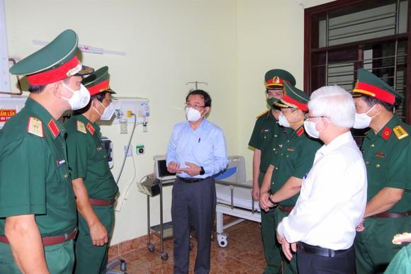 Bí thư Thành ủy TPHCM Nguyễn Văn Nên kiểm tra Trung tâm Điều trị bệnh nhân Covid-19 mức độ nặng và vừa tại Bệnh viện Quân y 175.  Ảnh: VĂN CHÍNH